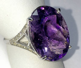 Ring with amethyst, 10,5 ct. and 40 cz-diamonds