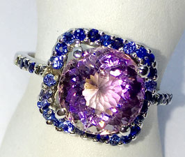 Ring with amethyst and 34 small sapphire