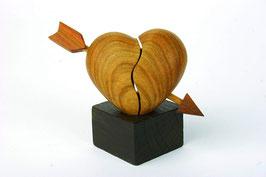 Herz mit Pfeil auf Eichensockel