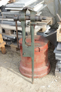# 3052 - french vintage legvise . 45kg = 99 lbs   ,  6 1/4 inch jaws  , complete working condition