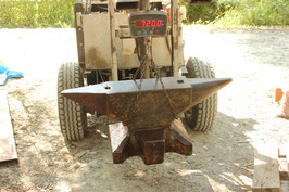 # 3616 - XXL MASSIVE ANVIL WITH 335 KG MARKED ; WEIGHED 720 LBS !!! ; NICE GENERAL CONDITION ; REMAINS OF OLD PAINT
