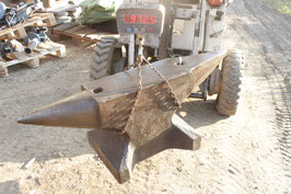 # 3105 - XTRA SUPER WEIGHT GERMAN FORGED VINTAGE ANVIL WITH 972,5 LBS WEIGHED , 47,5 X 8,5 X 17,5 INCHES