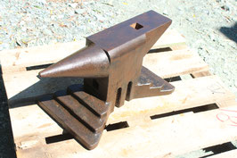 # 3588 - vintage industrial east german anvil with 100 kg marked / 220 lbs in as good as perfect original condition