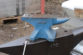 # 2686 - single horn , english bench anvil with 26 kg / 57 lbs marked . very good quality