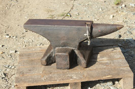 # 2988 - forged german single horn amvil with 132 kg marked / 290 lbs converted - remains of paint - surface slightly rust pitted , good in shape , nice edges