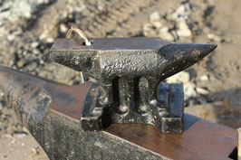 # 3435 - as new : perfect  5 kg table anvil , church window pattern  11 lbs