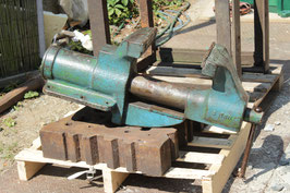 # 2540 - giant german LES bench vise with 7 inch jaws . opens up to 8,25 inches , very massive - around 186 lbs weighed