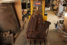 # 2197 - Supermassive - vise - spring is missing . good working condition . See hold easyly a 231 lbs anvil