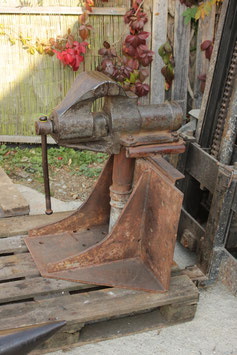 # 2562 - Monster german vise , very solid piece , good functional condition with custom stand 7 inch jaws , nearly 8 inches opening