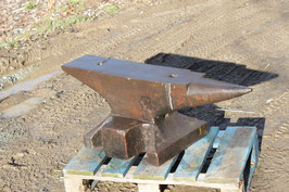 # 3067 - extremly nice original maintained german single horn anvil with 635,5 lbs weighed , measuerements :  40x7x14 inches