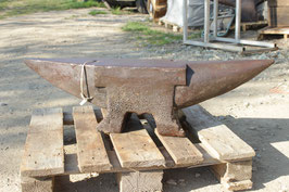 # 3062 - french pigstyle anvil about 374 lbs , nice working condition , original condition no repairs