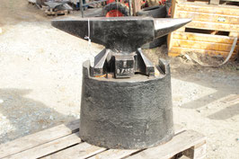 # 2793 - vintage REFFLINGHAUS anvil with cast iron stand and some accessories - just minor wear , old paint peeling , 164kg marked 361 lbs ( anvil alone )