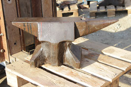 # 2810 - EXCELLENT BAVARIAN ANVIL WITH 135 LBS MARKED = 433 LBS