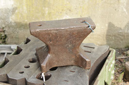 # 2298 - nice vintage hand forged hornless anvil with just 59,4 lbs for small detailled works