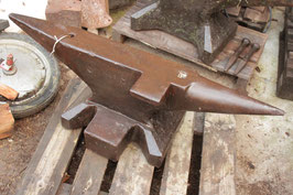 # 3049 - german pre WW2 Sichelschmidt Schlasse Anvil , dated 1931 -, marked 205 kg = 451 lbs , forged , very nice in shape , original condition