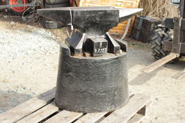 # 2827 - Refflinghaus anvil in very nice shape with oval cast iron stand , 150kg model , weighed a 164 kg =361 lbs  , minor signs of wear