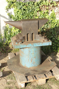 # 3004 - super size vintage german industry anvil , 590 lbs ( anvil alone ) church window with massiv iron stand