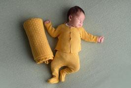 Gestrickter Zweiteiler Newborn in ocker.