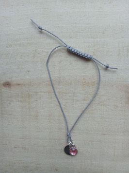 Graues Textilarmband mit silberner Scheibe und rosa Schmuckstein