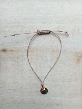 Cremefarbenes Textilarmband mit silberfarbener Scheibe und kleinem goldfarbenem Herz