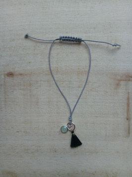 Graues Textilarmband mit dunkelgrüner Textiltroddel und mintgrünem Glasanhänger
