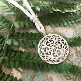 Ornament-Anhänger an dickem Seidenband und Krone
