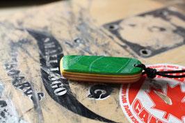 Halskette mit einem Anhänger aus einem alten oder kaputten Skateboard, holzfarbend, grün, gelb, Nr. 28