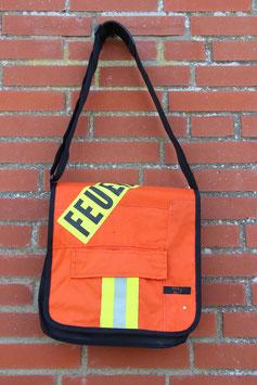 Umhängetasche aus LKW-Plane, schwarz/orangerot, Feuerwehrjacke, Unikat-Nr. 698