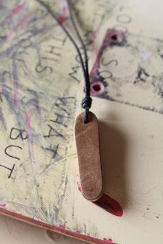 Halskette mit einem Anhänger aus einem alten oder kaputten Skateboard, holzfarbend, schwarz, Nr. 15
