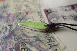 Halskette mit einem Anhänger aus einem alten oder kaputten Skateboard, holzfarbend, schwarz, grün, Nr. 1