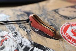 Halskette mit einem Anhänger aus einem alten oder kaputten Skateboard, holzfarbend, schwarz, rot, blau, Nr. 26