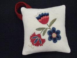 Ullbroderi materialsats till nåldyna / ウール刺繍キット 3種の花のピンクッション(a)