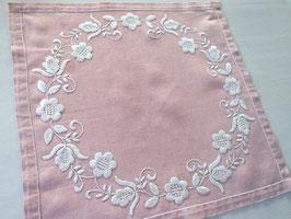 broderad duk m. blomkrans / 白糸の花輪刺繍クロス (ピンク)
