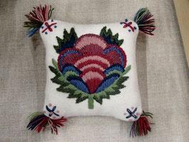 Ullbroderi materialsats till nåldyna / ウール刺繍キット 花のピンクッション