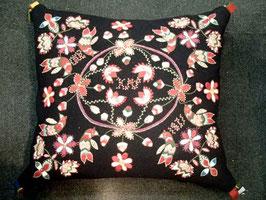 Ullbroderi materialsats för kudde  / ウール刺繍キット 鳥のクッション(黒)