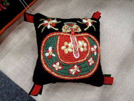 Ullbroderi materialsats till nåldyna / ウール刺繍キット りんごのピンクッション