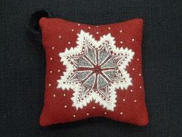 Ullbroderi materialsats till nåldyna /  / ウール刺繍キット 雪の結晶のピンクッション(赤)