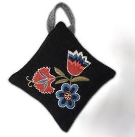 Ullbroderi materialsats till nåldyna / ウール刺繍キット 3種の花のピンクッション(b)