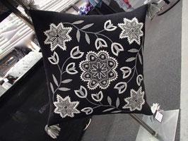 Ullbroderi materialsats till kudde / ウール刺繍キット 雪の結晶のクッション(黒)