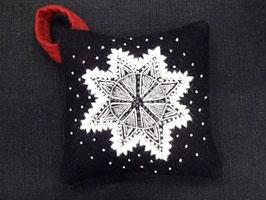 Ullbroderi materialsats till nåldyna / ウール刺繍キット 雪の結晶のピンクッション(黒)