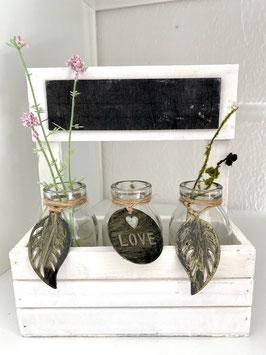 Holzkiste mit drei Flaschen/Vasen inclusive. Metallanhänger und Kreidetafel Landhaus
