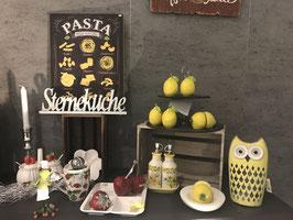 Essig und Öl Flasche im Set auf Teller mit Zitronenmuster, spanisches Feeling