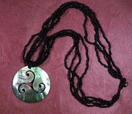 Halskette mit großem Muschel-Triskele-Anhänger