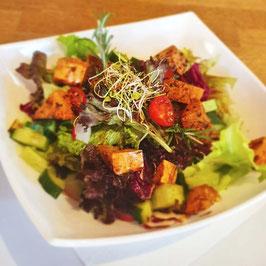 Salatbowl mit gegrillten Tofuwürfeln