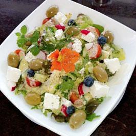 Salatbowl mit Feta & Oliven