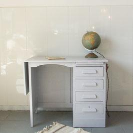 Petit bureau comptable peint en gris