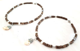 Halskette mit Kokosnussperlen und Grandelanhänger 2