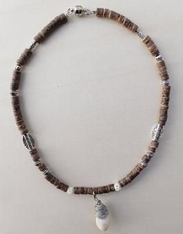 Halskette mit Kokosnussperlen und Grandelanhänger 3