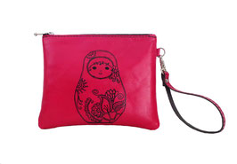 Pochette à dragonne en cuir fushia décor tattoo matriochka
