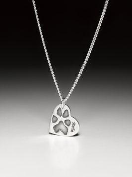 Silberkette mit einem kleinen Herzanhänger mit Pfotenabdruck